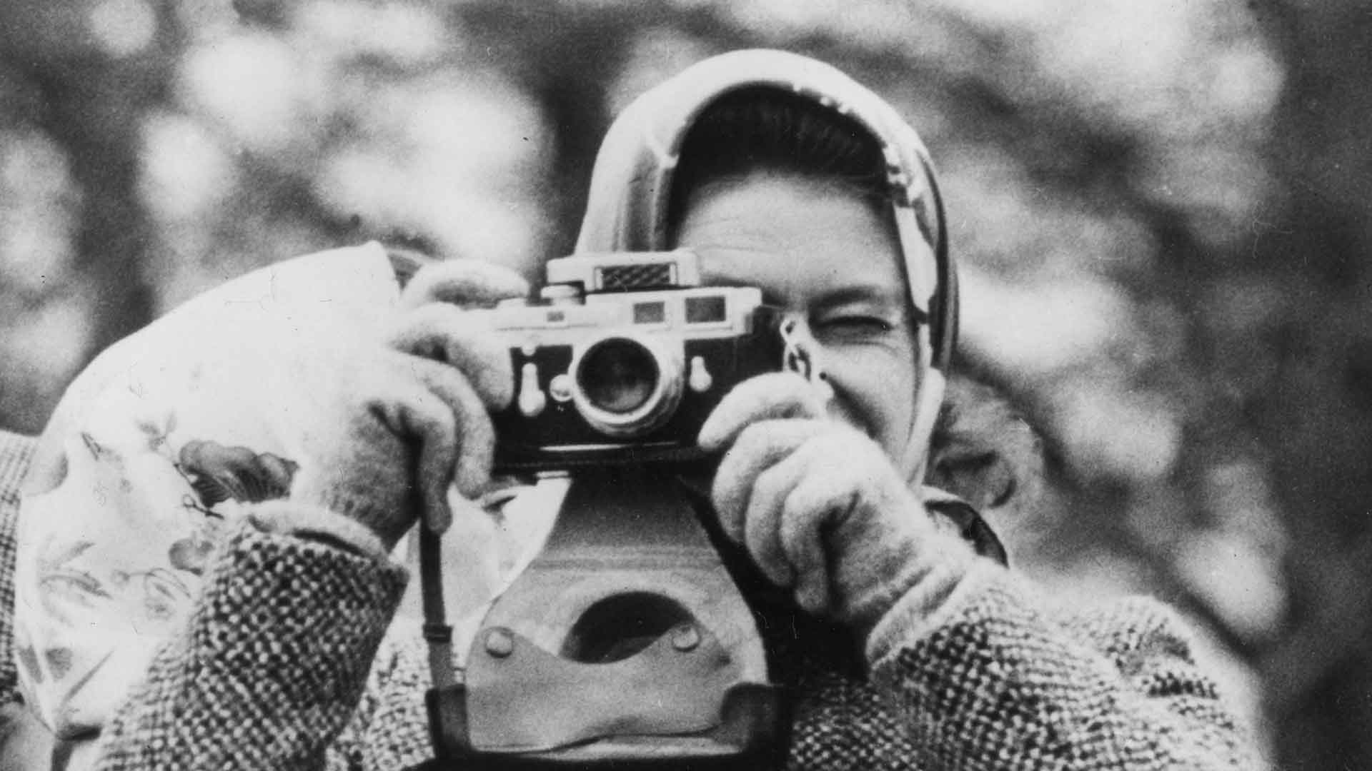 Young Queen Elisabeth taking a picture